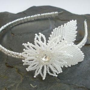 Čelenka s bílým květem