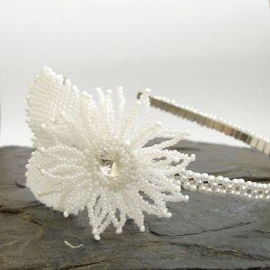 Čelenka s šitým bílým květem s čirou rivolkou a s lístky