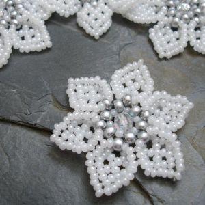 Šitá květinka cca 45mm - bílá se stříbrným středem