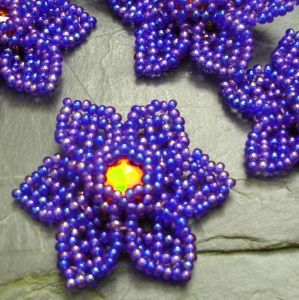 Šitá květinka cca 40mm - modrá duhová s červeným středem