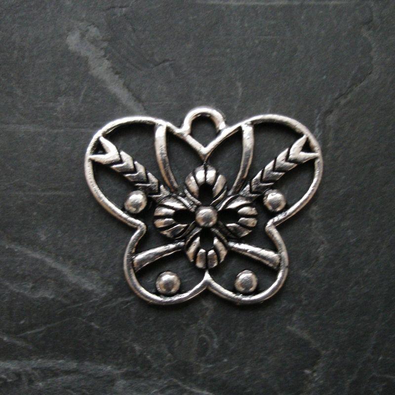 Přívěsek motýl 26x21mm - starostříbrný