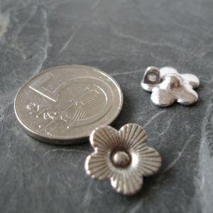 Přívěsek květinkaa 13x13mm - starostříbrná