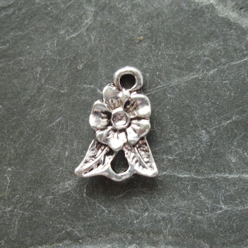 Přívěsek květinka s lístky 10x14mm - starostříbrná