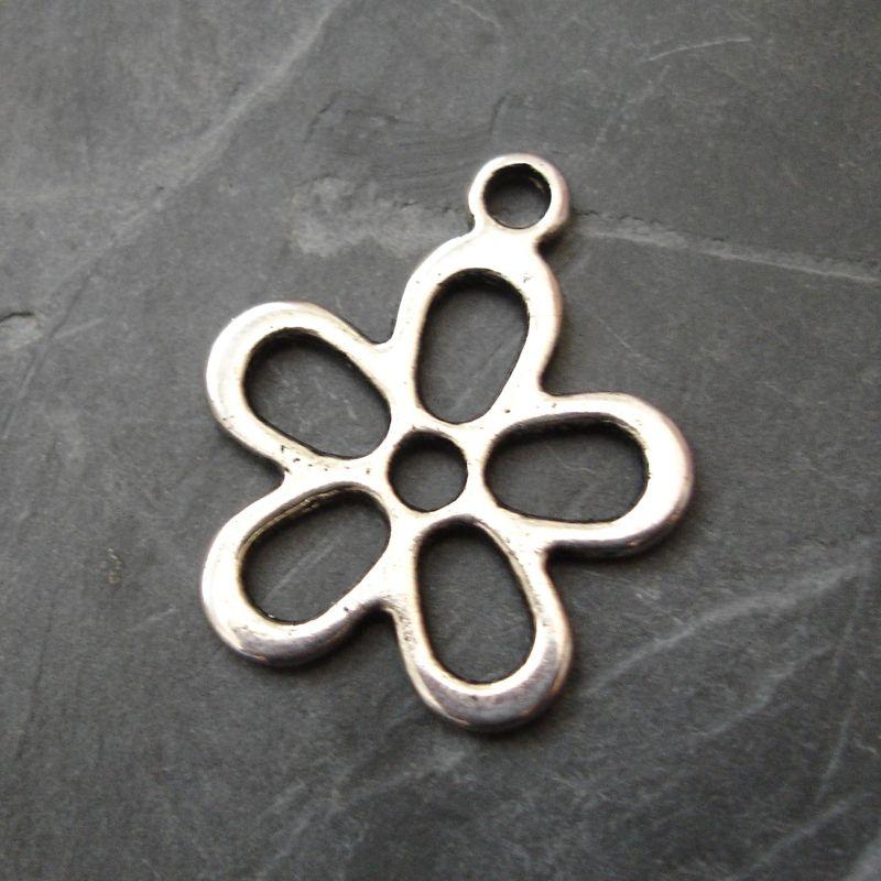Přívěsek kytka 21 mm - starostříbrná