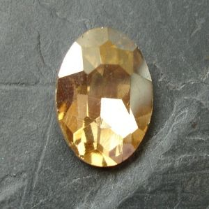 Skleněný broušený kamínek ovál 18 mm - krémový