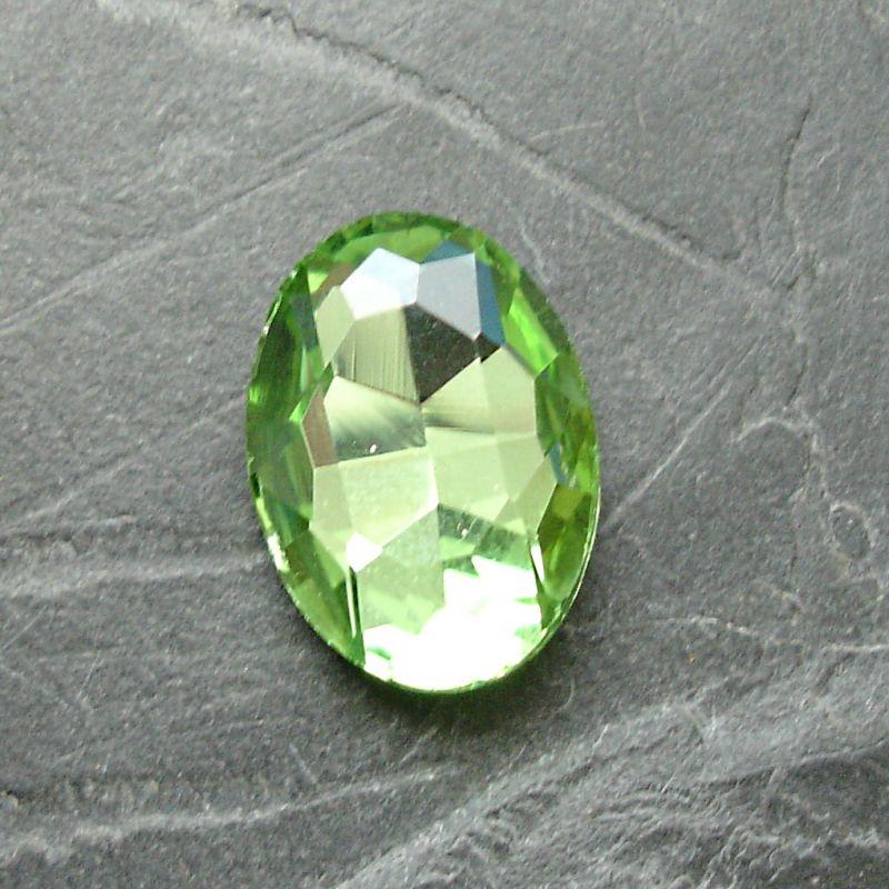 Skleněný broušený kamínek ovál 18 mm - sv. zelený