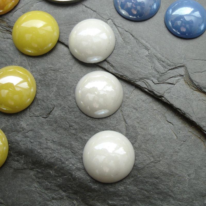 Skleněný kulatý kabošon cca 14mm - bílý