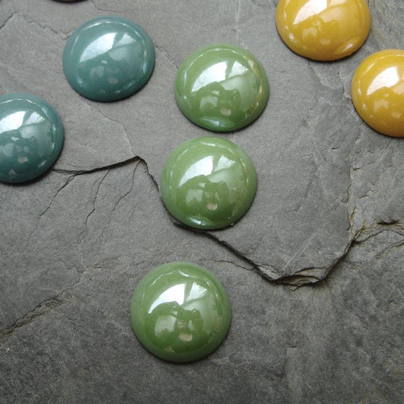 Skleněný kulatý kabošon cca 14mm - zelený