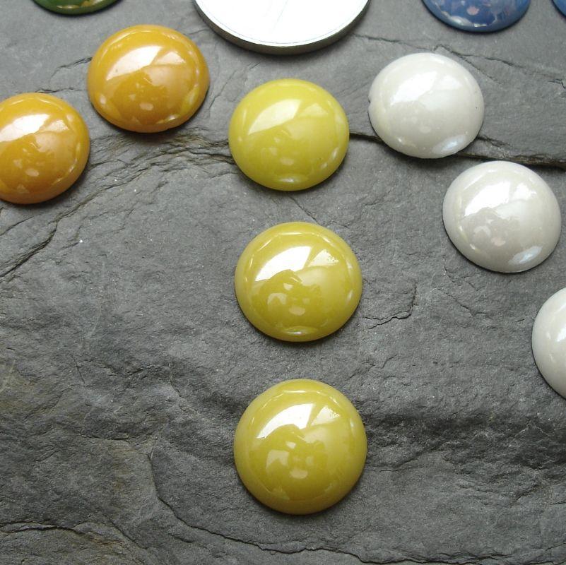 Skleněný kulatý kabošon cca 14mm - žlutý