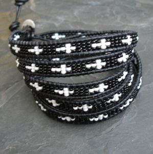 Náramek wrap - s křížky - bílá a černá barva