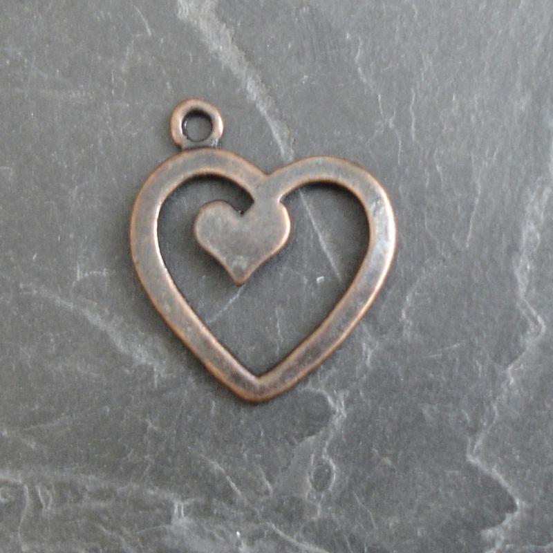 Přívěsek srdíčko v srdci cca 17x20mm - staroměděné