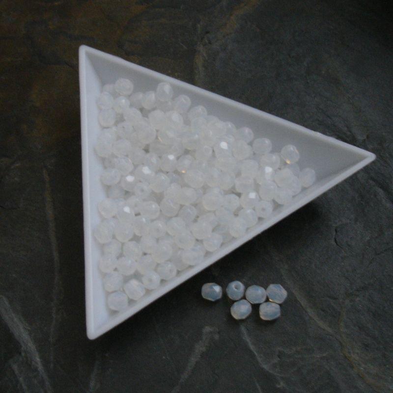 Broušené korálky 4mm - mléčné