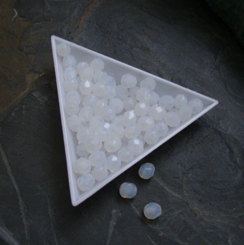 Broušené korálky 6mm - bílé mléčné - 10 ks