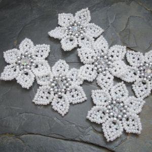 Ručně šitá květina cca 4,5 cm - bílá se stříbrným středem - 1 ks