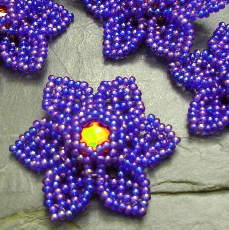 Ručně šitá květina cca 4 cm - modrá duhová s červeným středem - 1 ks