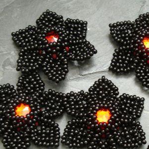 Šitá květinka cca 40mm - černá s červeným středem - 1 ks