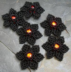 Ručně šitá květina cca 4 cm - černá s červeným středem - 1 ks