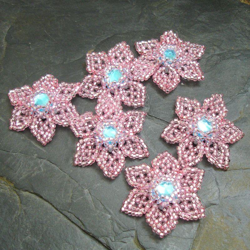 Ručně šitá květina cca 4 cm -růžová s azurovým středem - 1 ks