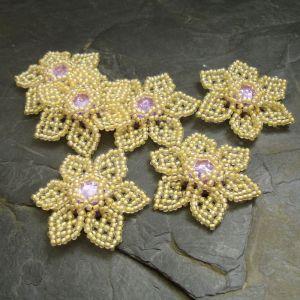 Ručně šitá květina cca 4 cm - žlutohnědá s fialovým středem - 1 ks