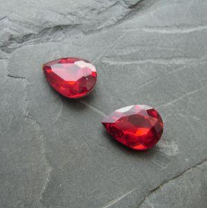 Skleněný broušený kamínek kapka 13x18mm - červený
