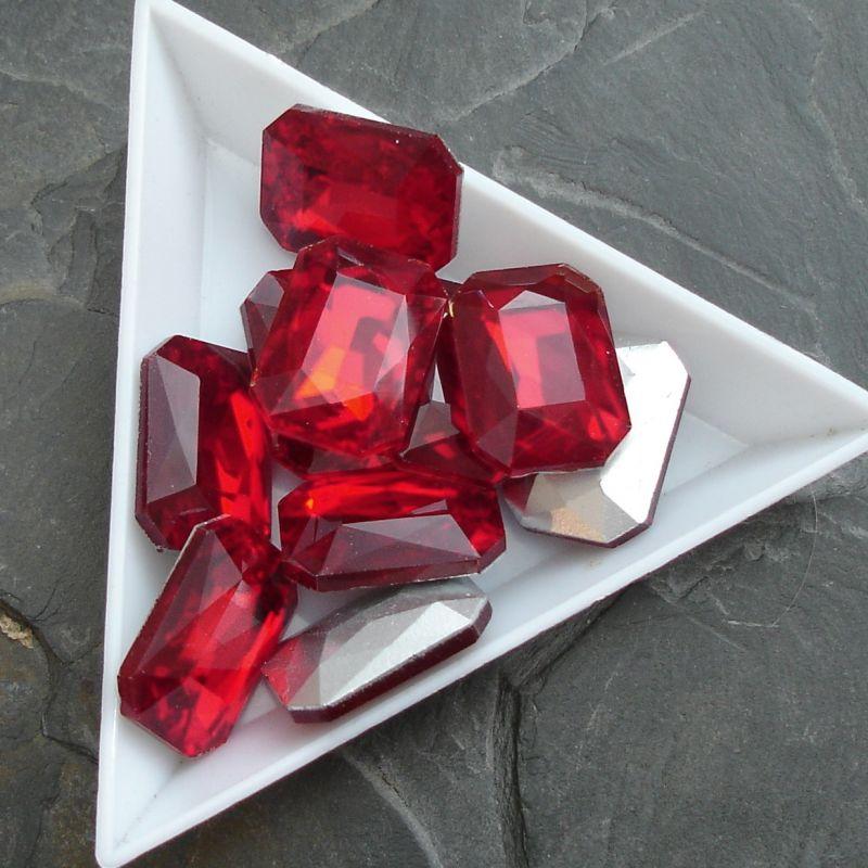 Skleněný broušený kamínek obdélník 13x18mm - červený - 1 ks