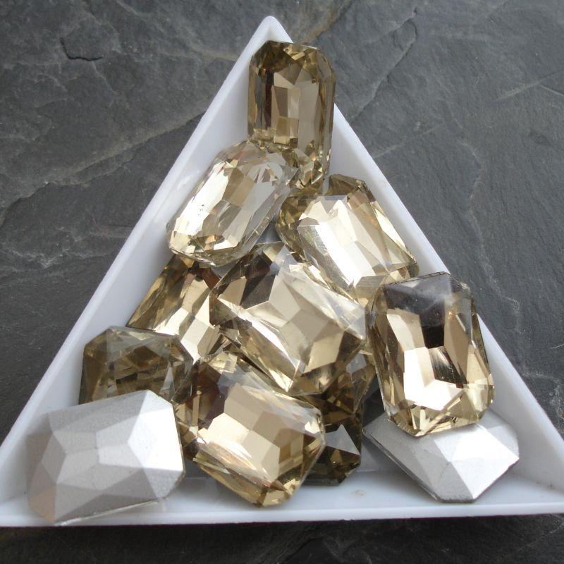 Skleněný broušený kamínek obdélník 13x18mm - žlutohnědý - 1 ks