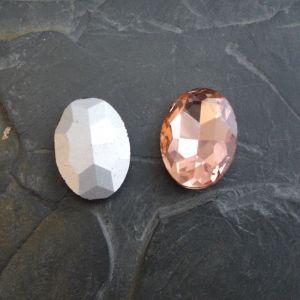 Skleněný broušený kamínek ovál 25 mm - broskvový