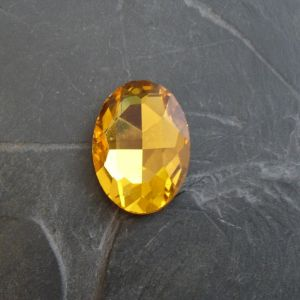 Skleněný broušený kamínek ovál 25 mm - žlutý - 1 ks