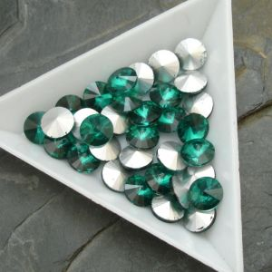 Skleněný broušený kamínek rivoli 8mm - zelený tm. - 2 ks
