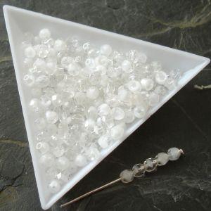 Broušené korálky 4mm - čiro-bílé