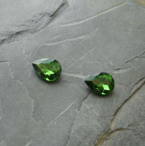 Skleněný broušený kamínek 10x14mm - zelený střední